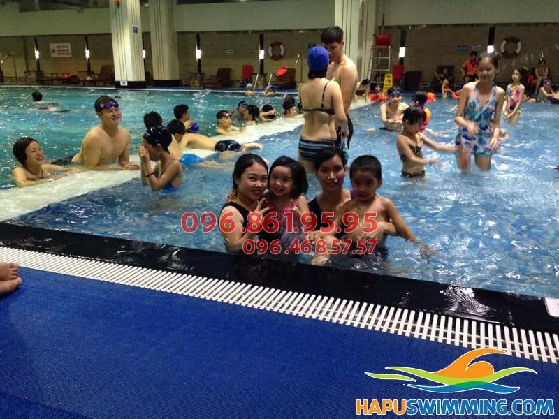 Trẻ tự tin giao tiếp với khóa học bơi bể Hapulico 01