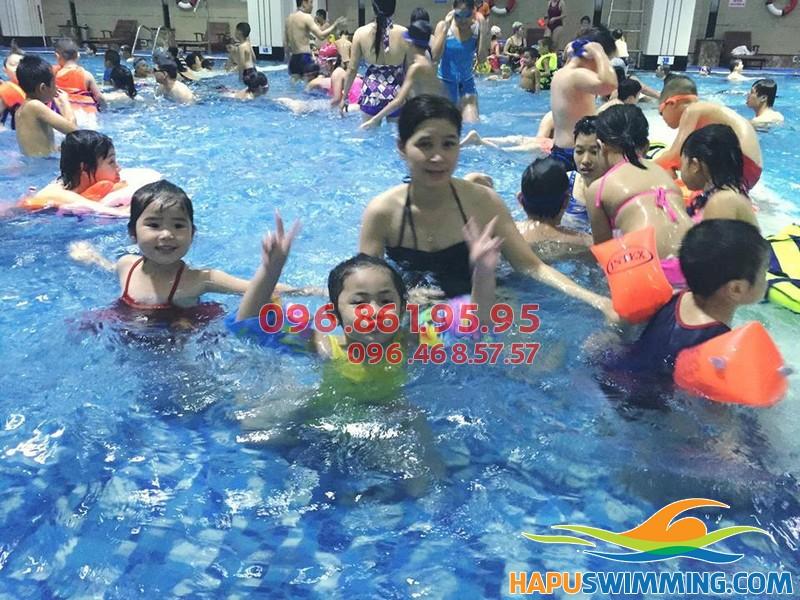 Học bơi bể bơi Hapulico - Lớp học lý thú cho mẹ và bé