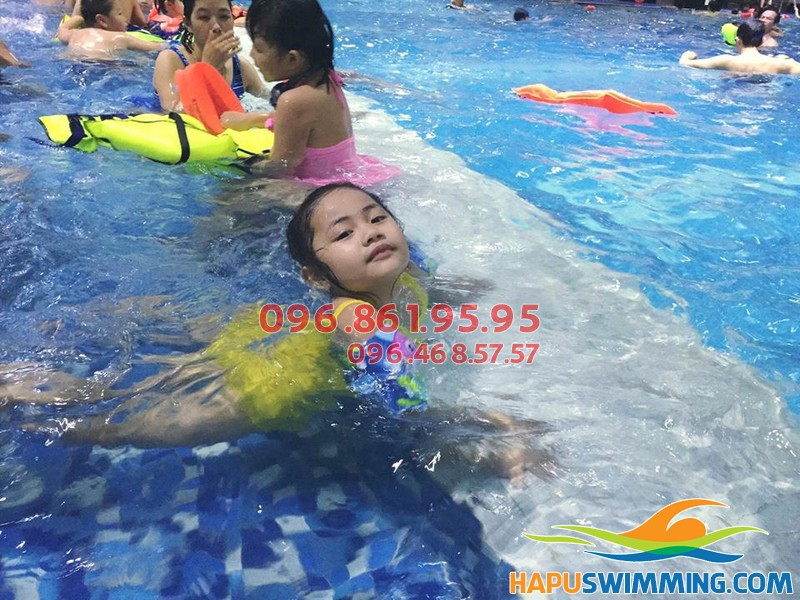 Bé gái thích thú học bơi cùng HLV nữ tại Hapulico