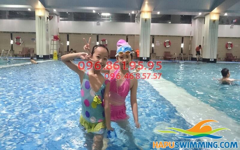 Dạy học bơi cho trẻ em tại bể bơi nước mặn cao cấp Hapulico