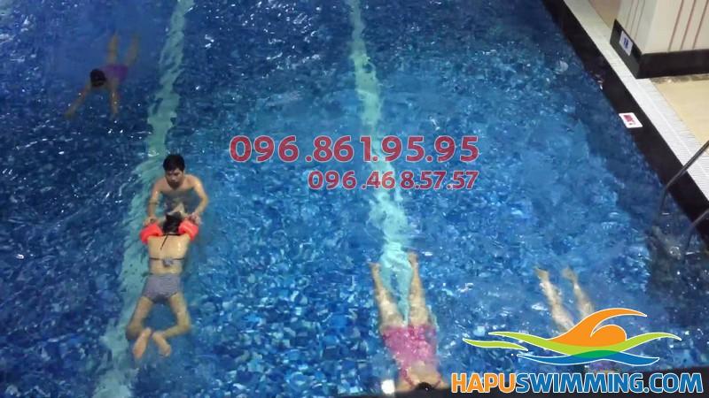 Cam kết 100% học viên biết bơi sau khóa học bơi bể Hapulico ở Hapu Swimming 02
