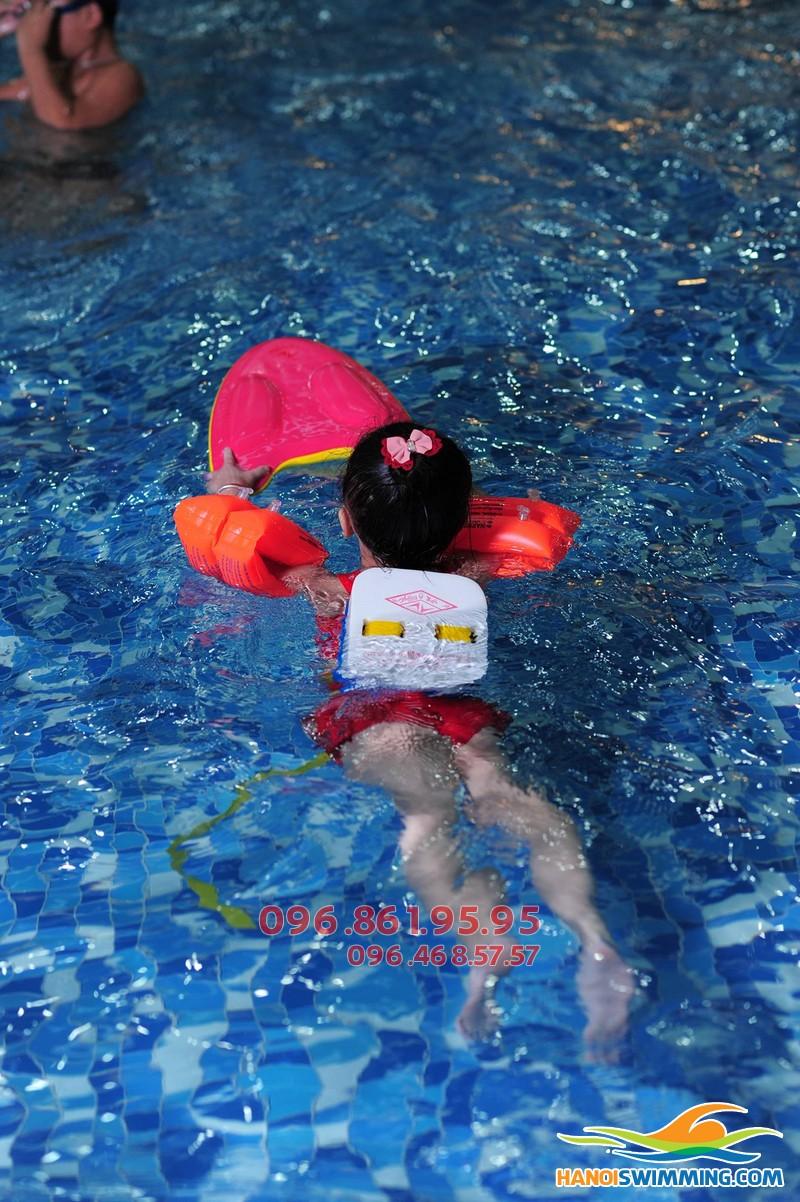 Học bơi kèm riêng với HLV nữ tại bể Hapulico dành cho trẻ nhỏ