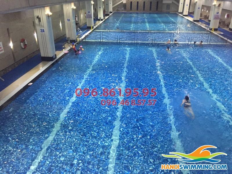 Bé tập bơi cùng HLV nữ bể Hapulico
