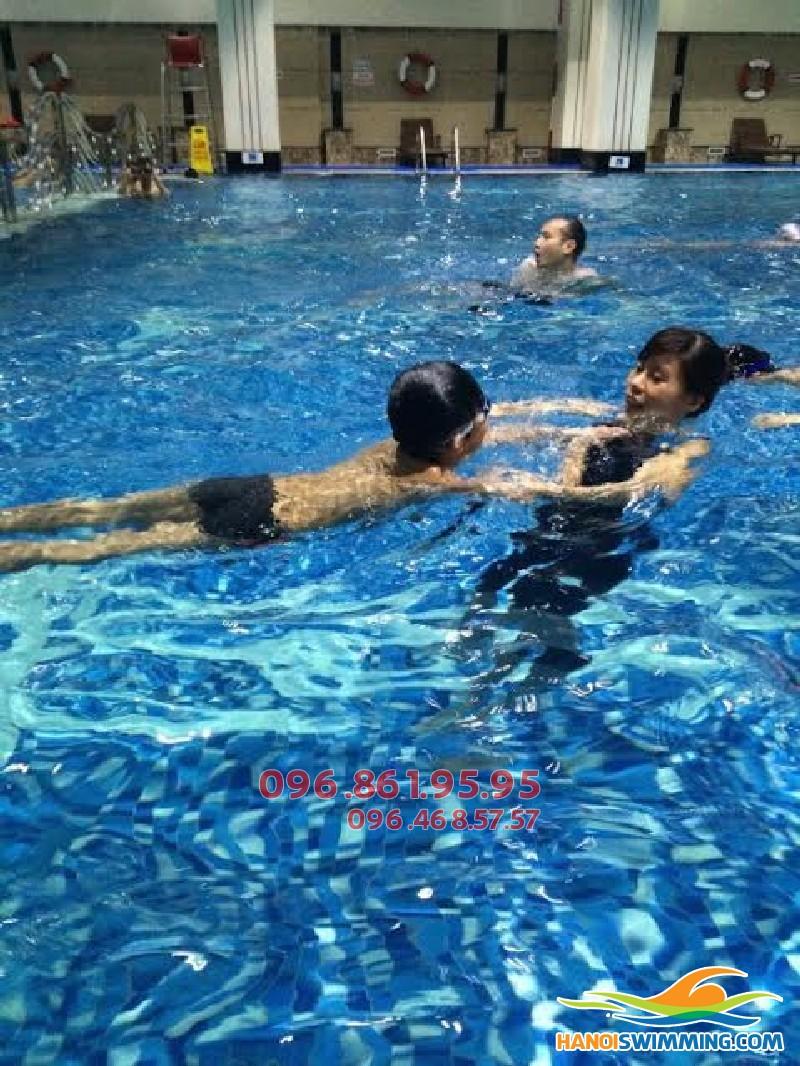 Dạy học bơi kèm riêng cho trẻ nhỏ tại bể bơi Hapulico