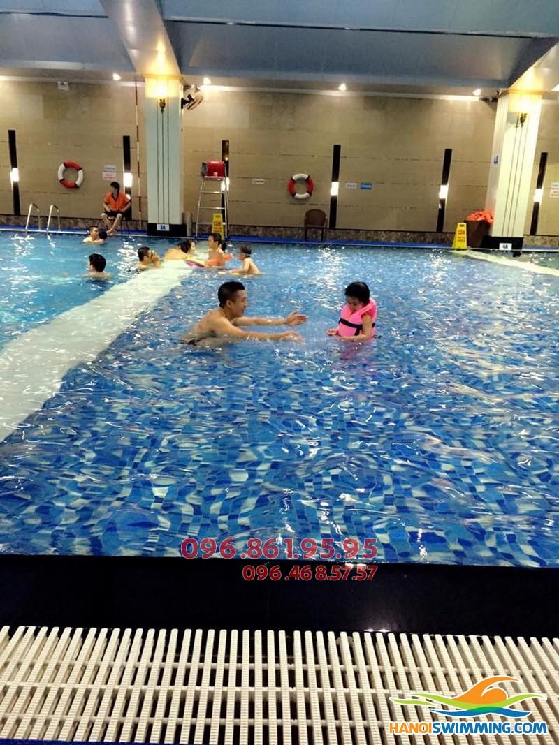 Dạy học bơi kèm riêng chuyên nghiệp bể Hapulico