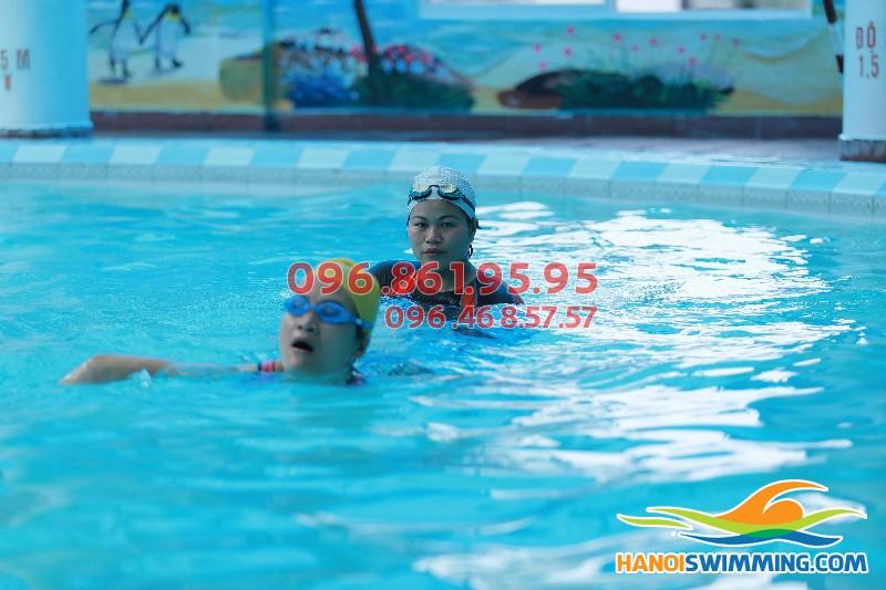 Lớp dạy học bơi cho người trung niên tại bể bơi Hapulico