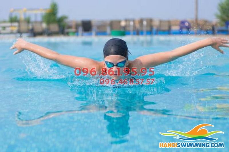 Các lớp học bơi nâng cao cho người lớn tại bể Hapulico