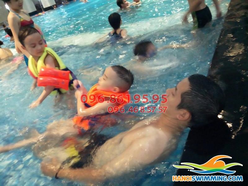 Dạy bơi cho bé bể Hapulico: Chương trình dạy học bơi đầy chất lượng