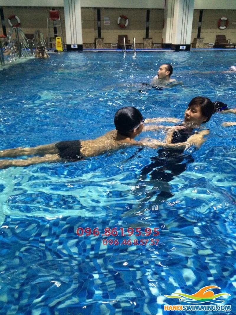 Dạy học bơi cơ bản cho trẻ em bể Hapulico 2017