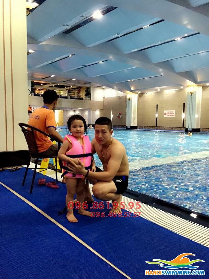 Học bơi cho trẻ em: Nên chọn hình thức dạy học bơi nào?!