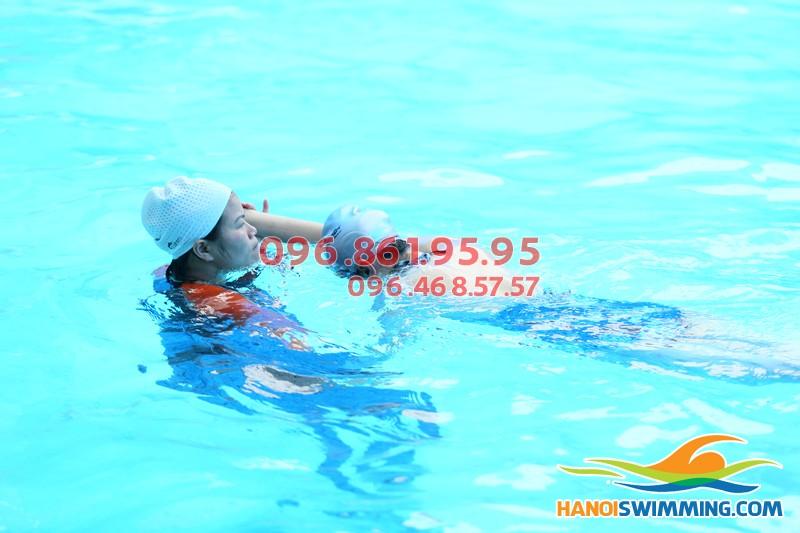 Vì sao học bơi có thể giúp bạn giảm béo?!