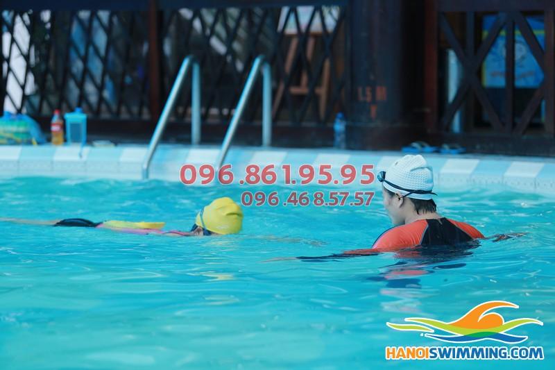 Học bơi theo buổi hay học bơi theo khóa sẽ tốt hơn?!