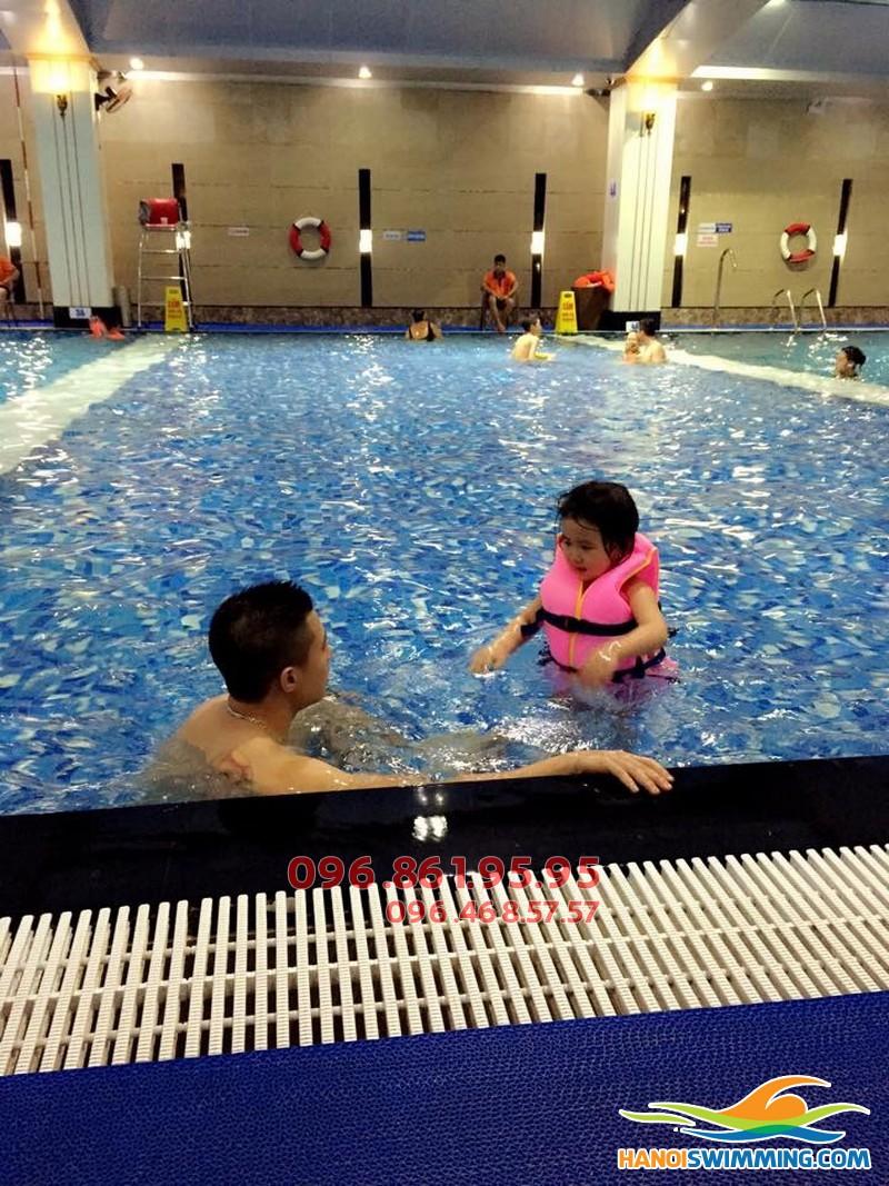 Dạy học bơi mùa đông kèm riêng cho trẻ em bể Hapulico