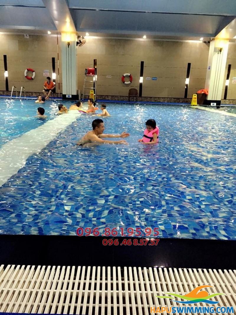 HLV tại bể bơi nước nóng Hapulico dạy bơi cho học viên trẻ em