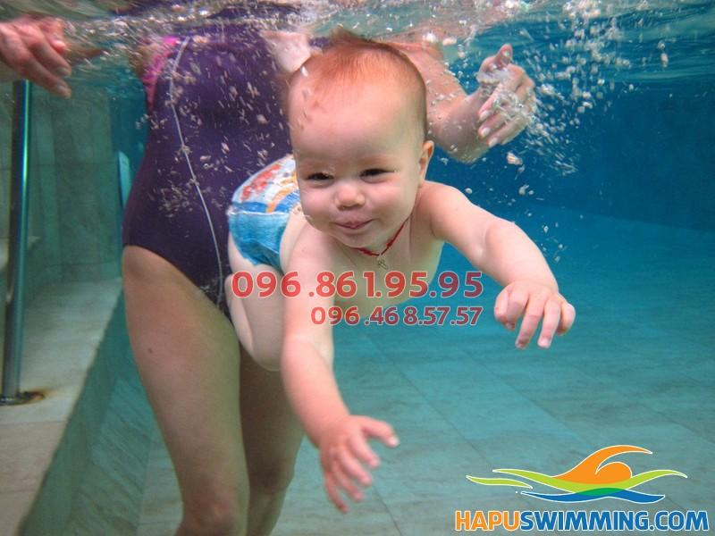 Vô vàn lợi ích khi cho trẻ sơ sinh tập bơi