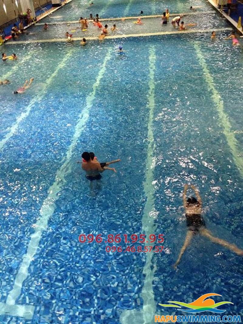 Học bơi bể nước nóng Hapulico hấp dẫn với phương pháp dạy kèm riêng