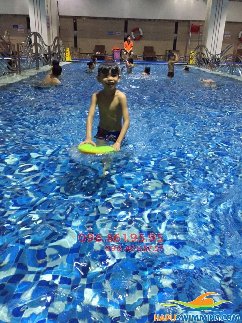 Biết bơi chỉ sau 7 ngày khi tham gia khóa học bơi mùa đông bể Hapulico 2017