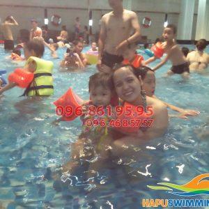 Học bơi kèm riêng Hapulico giúp trẻ luôn vui tươi, hạnh phúc