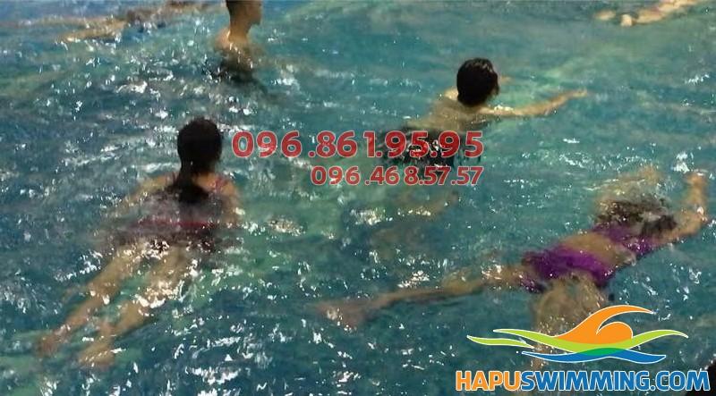 Khám phá ngay những điều thú vị tại khóa học bơi mùa đông bể bơi Hapulico