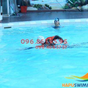 HLV Bảo Sơn Swimming hướng dẫn học viên học bơi