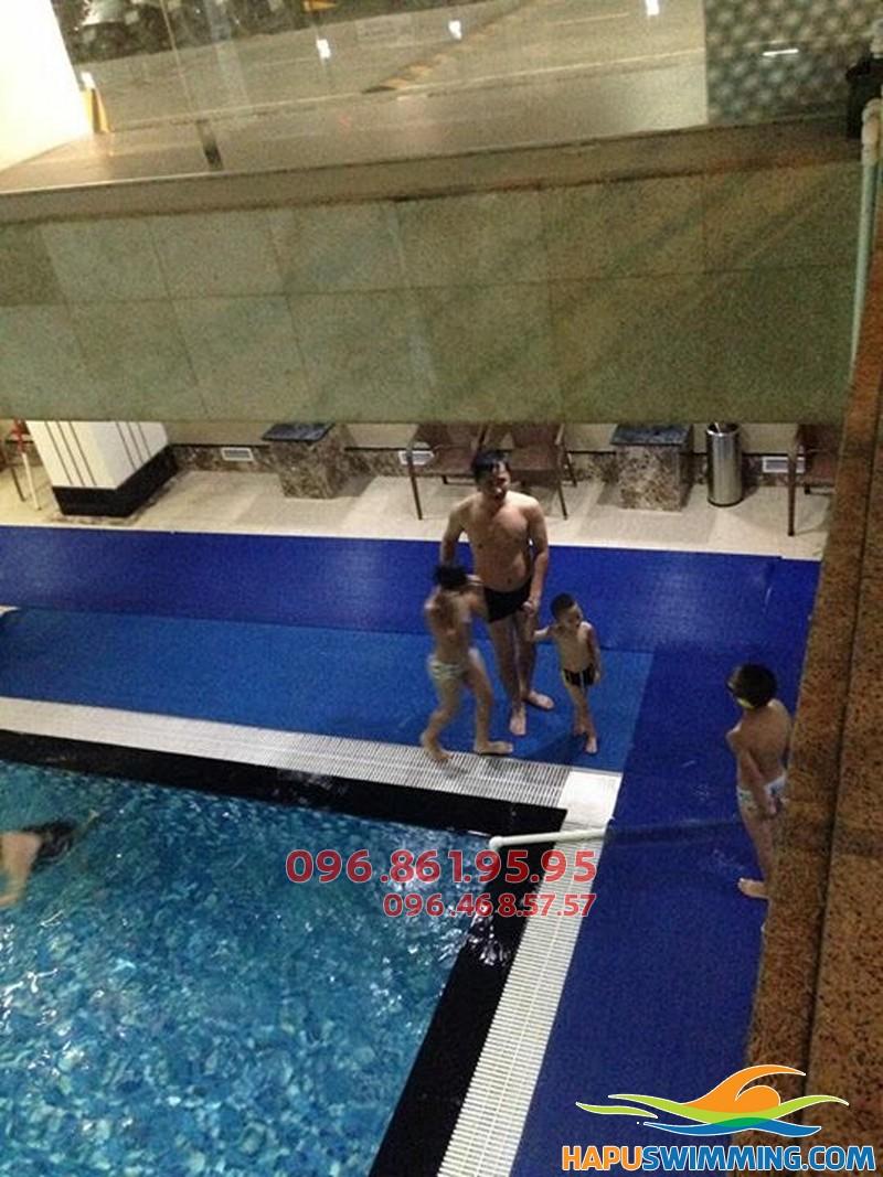 """""""Tắm biển"""" giữa mùa đông Hà Nội với khóa học bơi mùa đông bể Hapulico"""