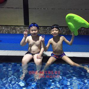 Các học viên nhí tại bể bơi Hapulico