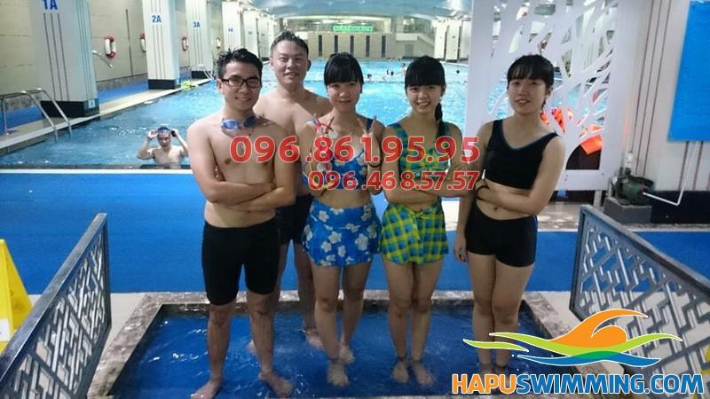 Các học viên thích thú khi được tham gia hoc bơi mùa đông bể Hapulico 2017