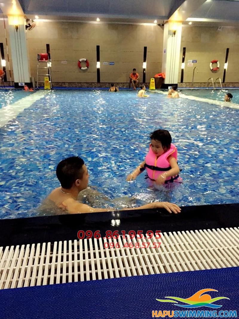 Học viên nhí thích thú học bơi cùng giáo viên tại bể bơi hapulico