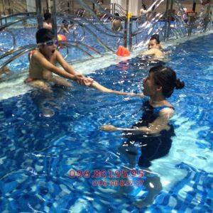 Giáo viên tại Hà Nội Swimming đang hướng dẫn học viên bơi ếch đúng kỹ thuật