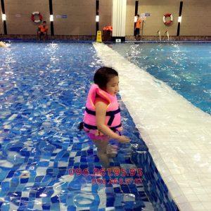 Lớp học bơi cho trẻ mùa đông giá rẻ nhất bể nước nóng Hapulico