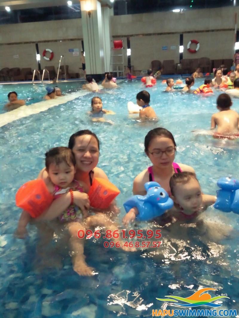 Khóa học bơi bể Hapulico dành cho cả trẻ em và người lớn