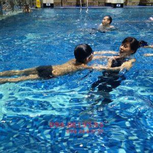 Một giờ học bơi ếch của bé tại bể Hapulico cùng HLV của trung tâm