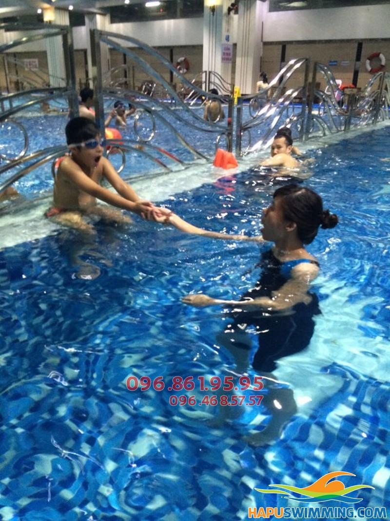 Học viên được học kèm riêng khi tham gia lớp học bơi cơ bản bể Hapulico