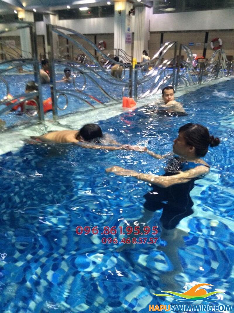Học bơi bể Hapulico hè 2018 học viên được học bơi kèm riêng