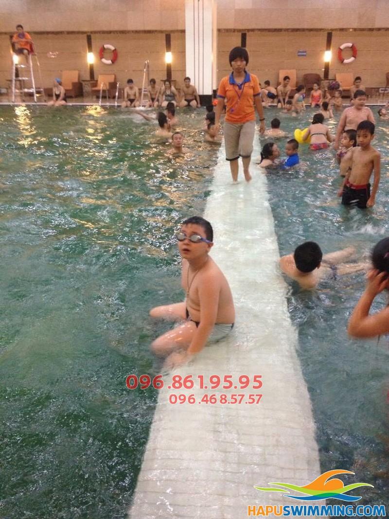 Học bơi kèm riêng thú vị tại bể Hapulico hè 2018