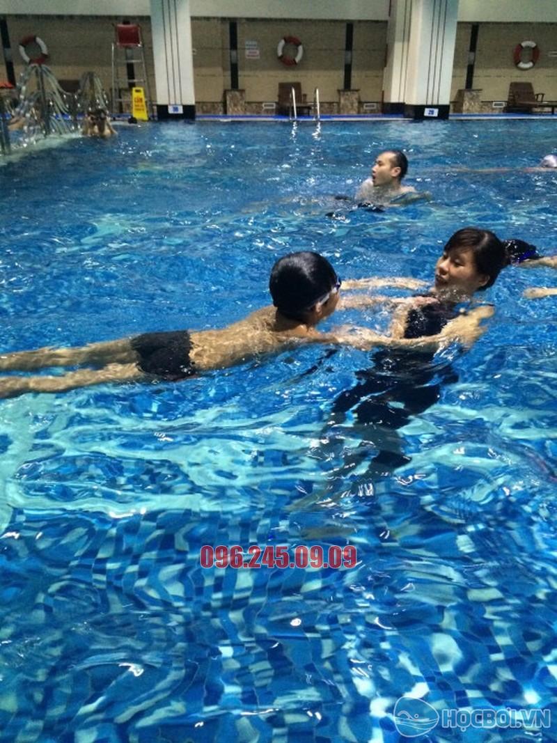 HLV Hà Nội Swimming áp dụng phương pháp dạy bơi kèm riêng