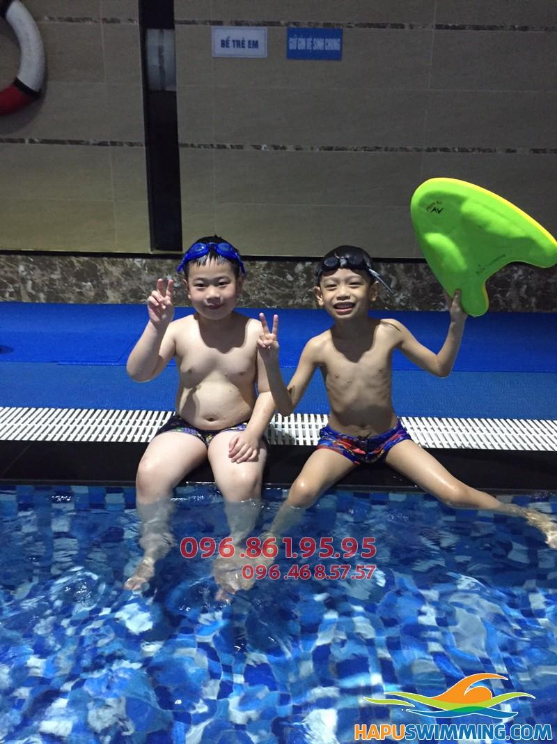Học viên trẻ em tham gia khóa học bơi cơ bản của Trung tâm Hà Nội Swimming