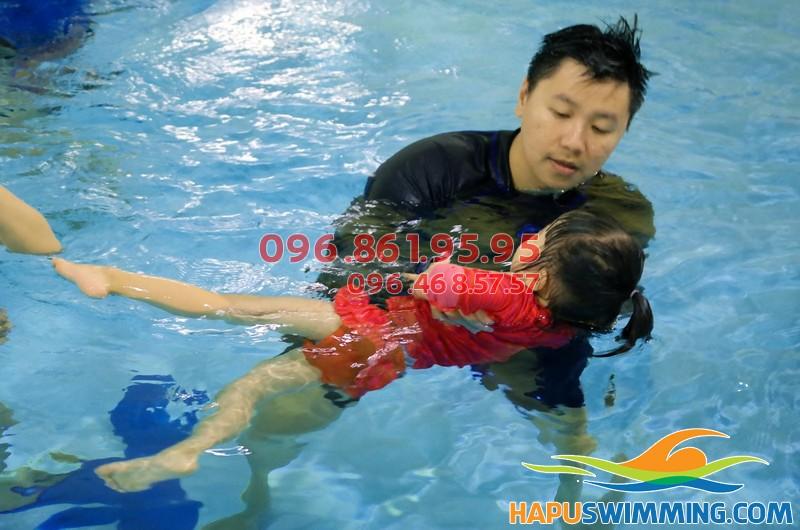 HLV Hà Nội Swimming hướng dẫn học viên trẻ em bằng phương pháp chuyên biệt