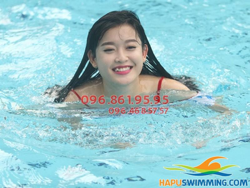 Học viên người lớn tham gia học bơi của Hà Nội Swimming tại Hapulico