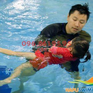 Dạy bơi kèm riêng cho trẻ em
