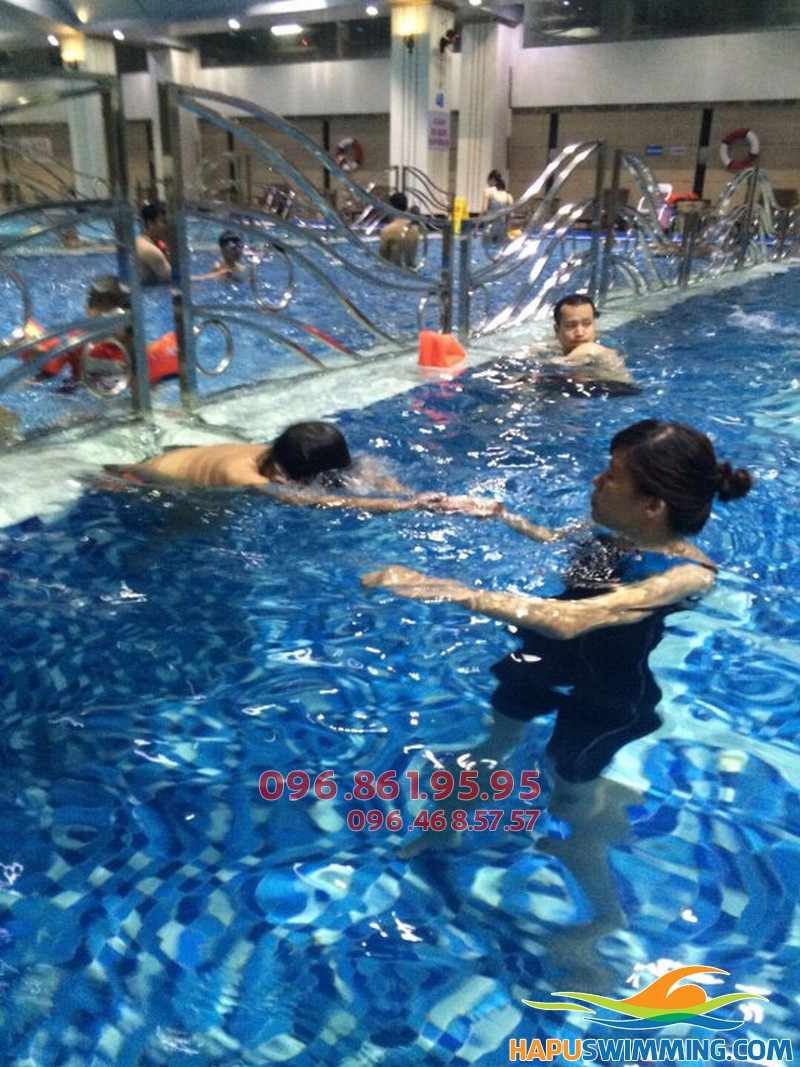 Giờ học bơi bổ ích của học viên tại Hà Nội Swimming