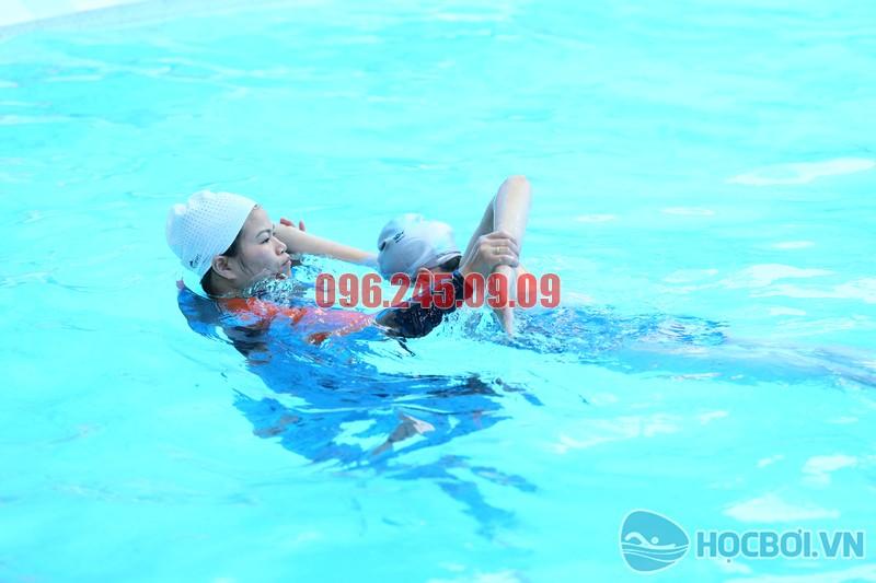 Dạy bơi kèm riêng cho trẻ em của Trung tâm dạy bơi Hà Nội Swimming