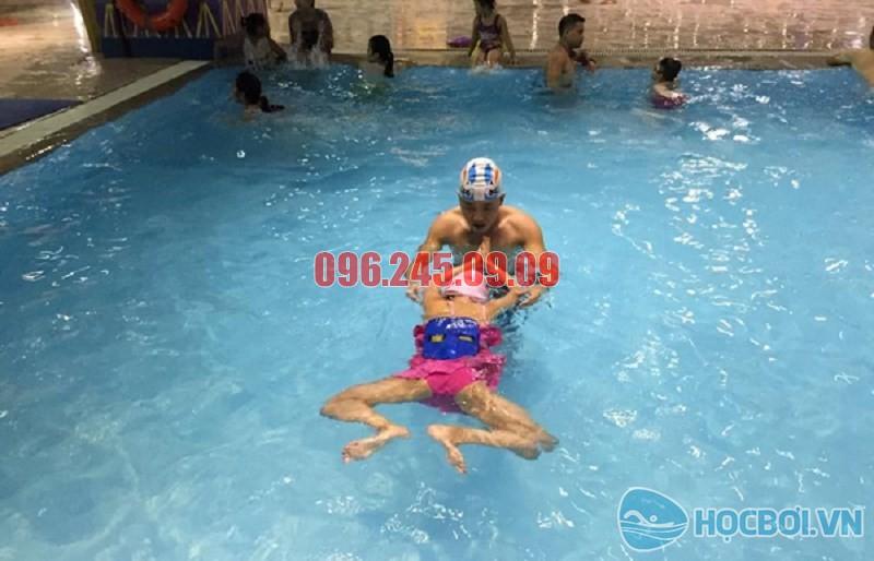Bơi ếch với động tác mô phỏng của con ếch khi bơi dưới nước