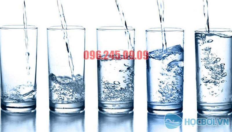 Cần xây dựng thói quen uống đủ nước cho trẻ em