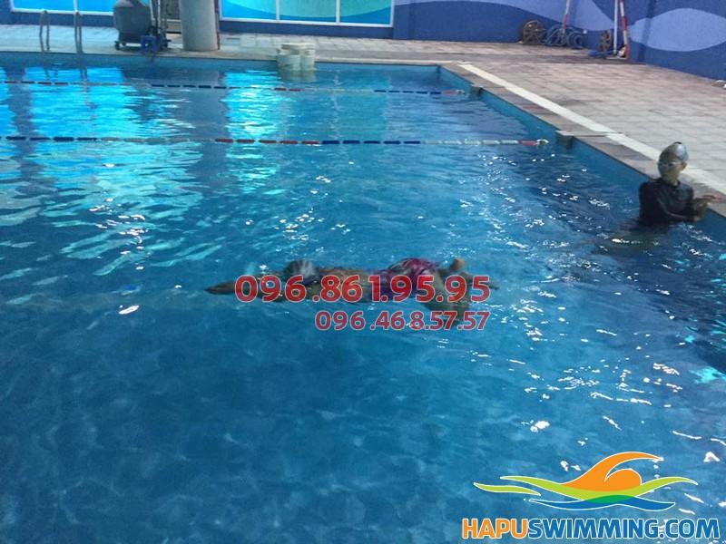 Bơi ếch không bị chìm với hướng dẫn của HLV Hà Nội Swimming