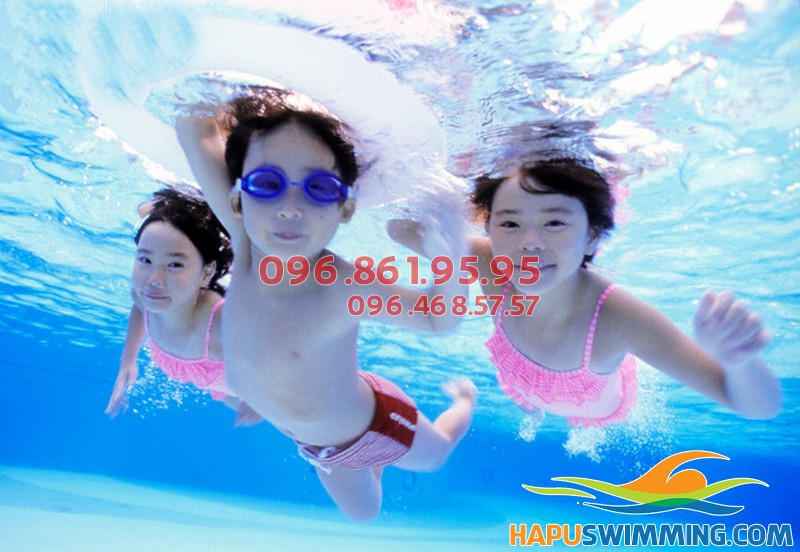 Nên cho trẻ học bơi càng sớm càng tốt để sở hữu chiều cao tối ưu