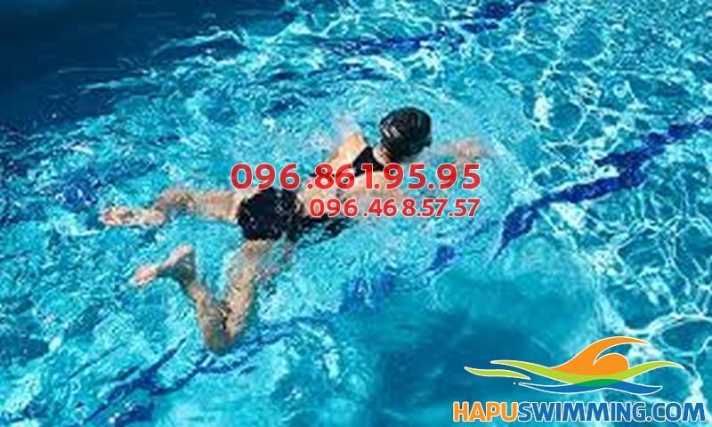 Lớp học bơi ếch nhanh và nhẹ do Trung tâm dạy bơi Hà Nội Swimming tổ chức