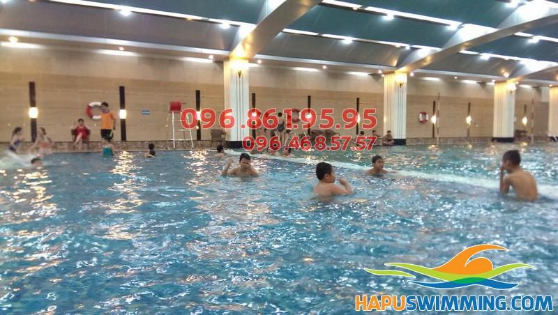 Không gian rộng thoáng là điều kiện lý tưởng để các bé học bơi