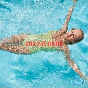 Bơi ngửa đòi hỏi kỹ thuật khá cao