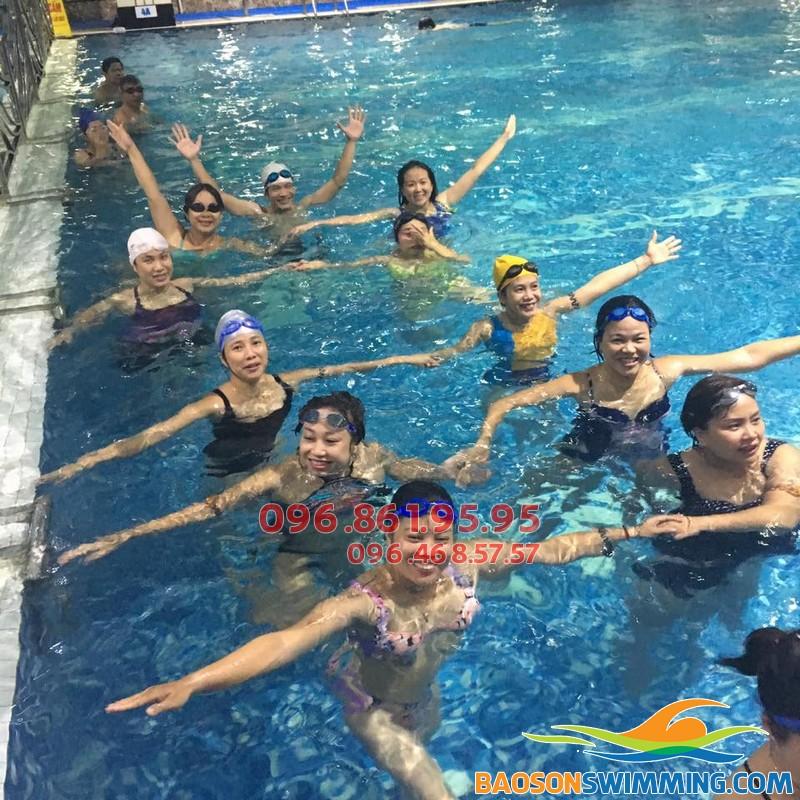 Học viên Hà Nội Swimming tham gia học bơi tại bể bơi Hapulico